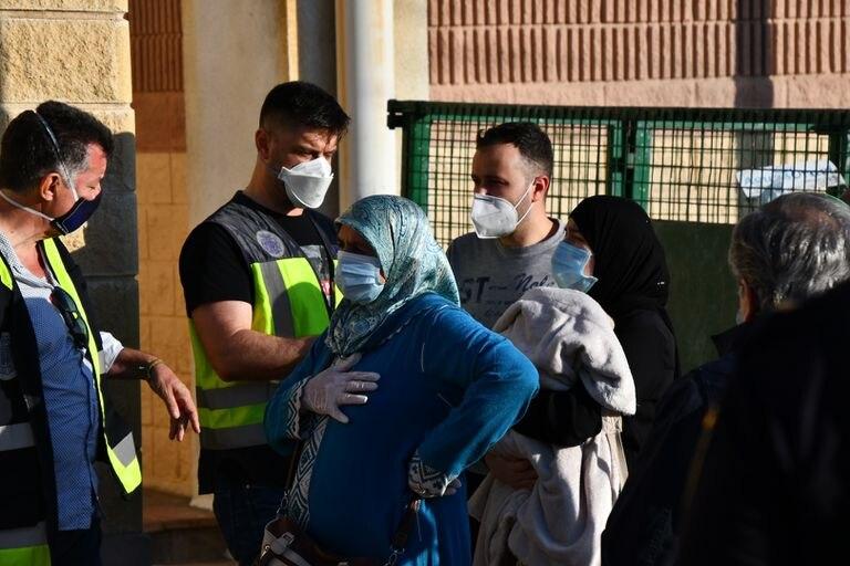 Agentes de la Policía Nacional identifican a varios marroquíes antes de ser repatriados a su país, en Ceuta, este viernes.