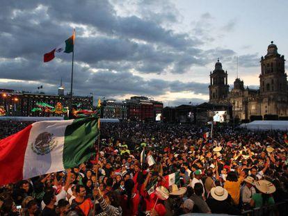 Miles de personas se congregan en la explanada del Zócalo este domingo, previo al Grito de la Independencia en Ciudad de México (México).