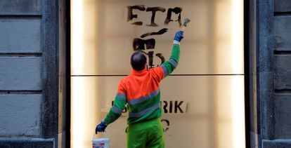 Un trabajador borra una pintada de apoyo a ETA, en una imagen de archivo.