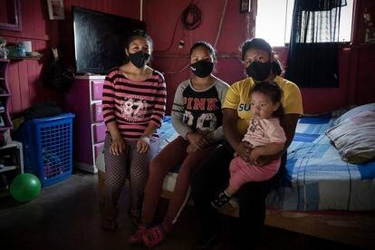 Medaly y sus hermanas Nayeli, Jimena y Yamilet, que nació durante la pandemia, en su casa del barrio 30 de octubre de Lima, en Perú.