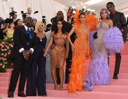 De izquierda a derecha: Corey Gamble, Kris Jenner, Kanye West, Kim Kardashian West, Kendall Jenner, Kylie Jenner y Travis Scott en la gala del Met, celebrada en Nueva York en mayo de 2019.