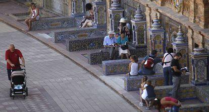 Lectores en la recuperada biblioteca al aire libre de la Plaza de España.