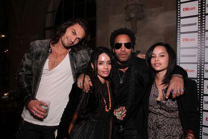 Desde la izquierda, Jason Momoa, Lisa Bonet, Lenny Kravitz y Zoe Kravitz  en una imagen de 2019 en Los Ángeles, California.