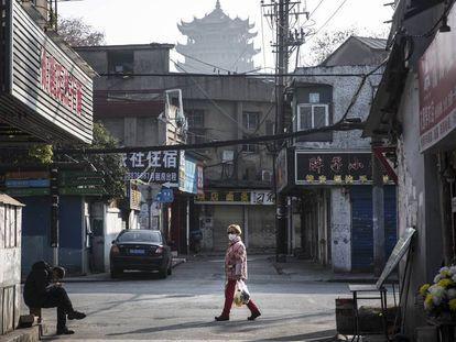 Una mujer camina con mascarilla por una calle de Wuham, principal foco del coronavirus en China, el pasado 31 de enero.