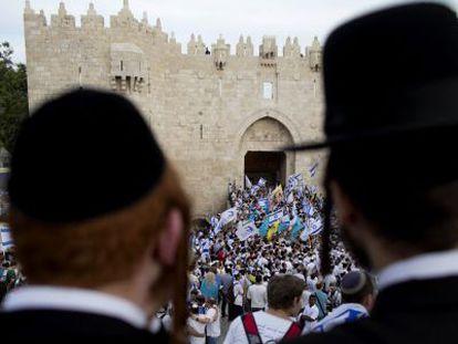 Judíos ultraortodoxos, ante una marcha nacionalista en Jerusalén.