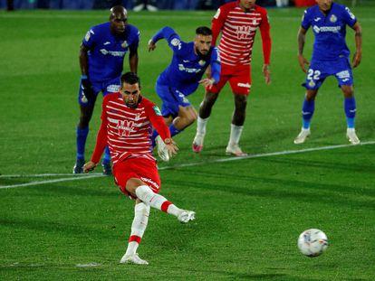 Montoro lanza el penalti que supuso el gol del equipo andaluz ante el Getafe CF, durante el partido de la séptima jornada de LaLiga, este domingo en el Coliseum Alfonso Pérez.