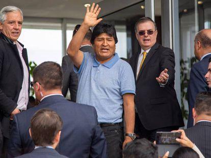 Evo Morales durante su llegada al aeropuerto de Ciudad de México, este martes.
