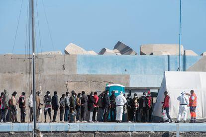 Desembarco este miércoles de un grupo de 59 personas en el puerto de Gran Tarajal (Fuerteventura).