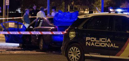 Restos del coche incendiado anoche en Sevilla con un cadáver en su interior.