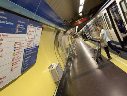 Una usuaria en una estación de la línea 1 del Metro de Madrid.
