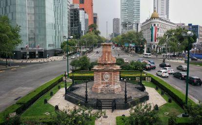Vista de la glorieta donde se ubicaba la estatua de Colón sobre el Paseo de la Reforma en Ciudad de México.