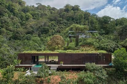 The Czech studio Formafatal designed this house in Puntarenas (Costa Rica) using metal lattices and planting local vegetation on the roof to integrate the house and reduce the heating of the sun.