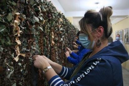 Varios adolescentes confeccionan material de camuflaje para el Ejército, en Ereván.