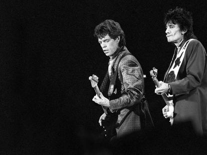 Mick Jagger (izquierda) y Ron Wood, en el concierto de The Rolling Stones en Barcelona en junio de 1990.