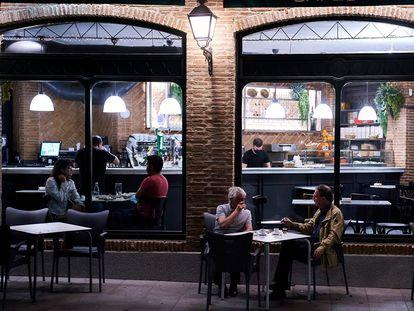 Varias personas toman algo en una cafetería de Madrid, el 31 de mayo.