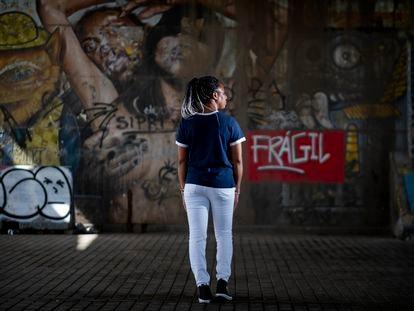Isatu, migrante de Sierra Leona, posa en Sevilla.