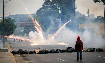 Enfrentamientos entre estudiantes y policía antidisturbios durante una manifestación en Caracas.