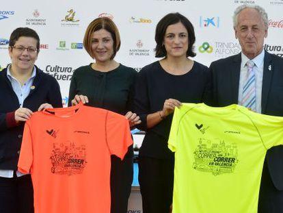 Organizadores y patrocinadores de la carrera posan con las camisetas oficiales.