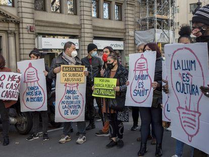 Manifestación de vecinos del Raval por los cortes de luz, en enero.
