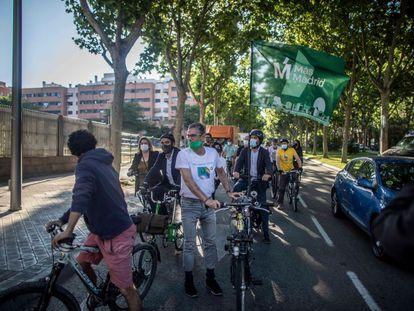 El grupo de diputados de Más Madrid, durante su recorrido en bicicleta hasta la Asamblea.