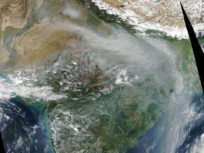 Imagen tomada por un satélite de la NASA que muestra la columna de polvo sobre la India yendo hacia la cordillera del Himalaya.