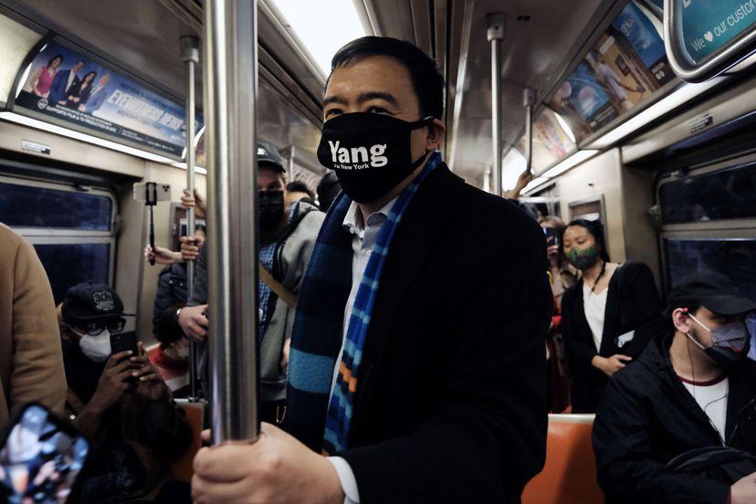 Andrew Yang, en el metro de Nueva York el pasado 5 de abril.