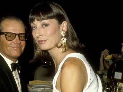 Anjelica Huston con Jack Nicholson, que fue su novio durante 17 años de forma intermitente y fue uno de los dos hombres cuya sombra superó gracias a su talento. El otro fue su padre, John Huston.