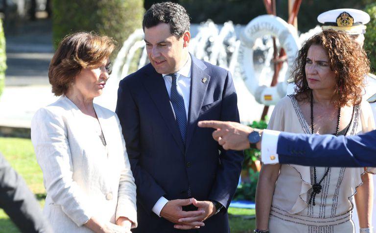 El presidente andaluz, Juan Manuel Moreno, junto a la ministra de Hacienda, María Jesús Montero, y la vicepresidenta del Gobierno, Carmen Calvo.
