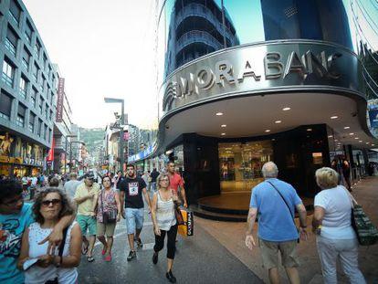 Una entidad bancaria en la céntrica calle Meritxell de Andorra.