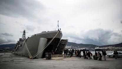 Un grupo de migrantes entran en un buque griego atracado en el Puerto de Mitelene, en la isla de Lesbos.