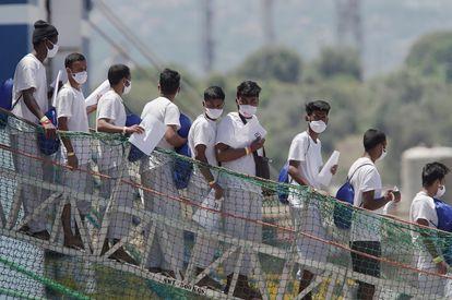 Los migrantes rescatados por el barco de la organización médica MSF descienden por la pasarela del barco en el puerto de Augusta (Sicilia) el 18 de junio de 2021.