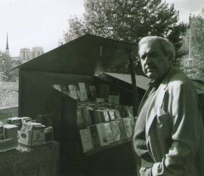 Luis Loayza junto a las librerías de la ribera del Sena, en París, en 2004.