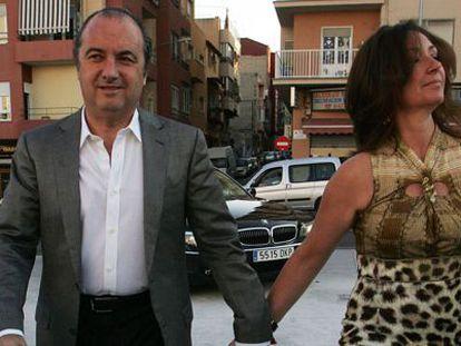 Ripoll a su llegada al auditorio provincial de Alicante junto a su esposa en 2011.