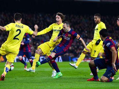 Iniesta marca para hacer el 2-1 ante el Villarreal.
