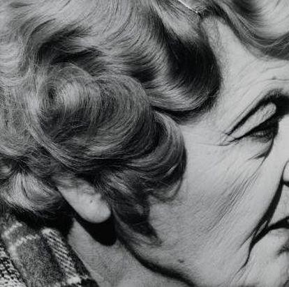 Mujer con agujero en la oreja, Joubert Park, Johannesburgo, 1975