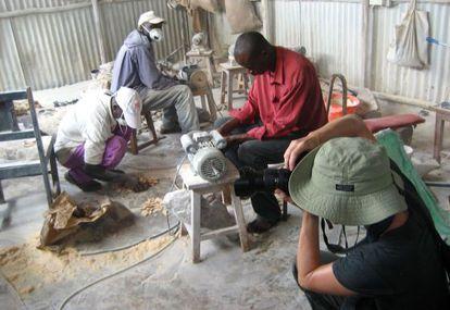 Un turista toma una foto durante una visita a una cooperativa de producción de joyas a partir de huesos.