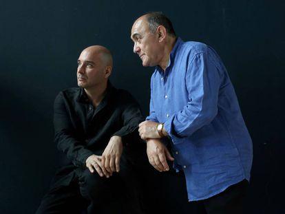 De izquierda a derecha,  Eduardo Vasco y Arturo Querejeta, director y actor de 'La ruta de Don Quijote', en el Teatro de la Abadia.
