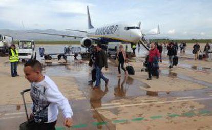 Los pasajeros del primer vuelo en el aeropuerto de Castellón.