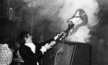 Pete Townshend estrellando su guitarra eléctrica contra un amplificador en 1964. El componente de The Who fue el primer músico en destrozar su instrumento sobre el escenario.