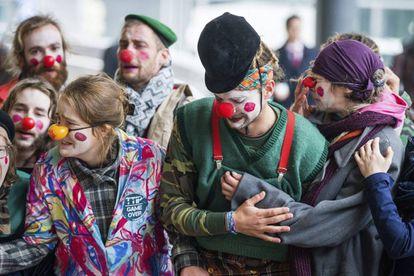 Manifestantes disfrazados de payaso protestan en Bruselas contra el acuerdo CETA.