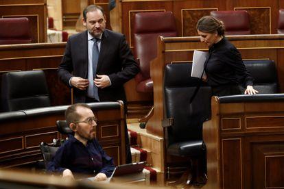 Desde la izquierda: el portavoz de Unidas Podemos, Pablo Echenique, el ministro de Transportes, José Luis Ábalos , y la ministra de Trabajo, Yolanda Díaz.