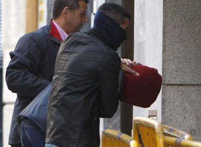El pirata somalí Abdu Willy (con la cabeza cubierta), a su llegada a la Fiscalía de Menores.