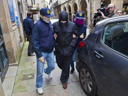 Agentes de Aduanas conducen a uno de los detenidos en Santiago en 2013 durante el estallido de la Operación Pokémon.