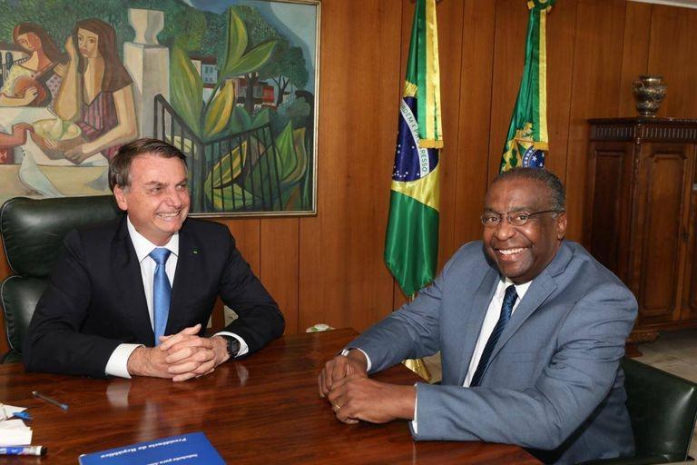 El nuevo ministro de Educación de Brasil, Carlos Alberto Decotelli, junto a Jair Bolsonaro.