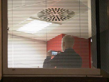 Oficiales de la Oficina del Comisionado de Información trabajando en las instalaciones de Cambridge Analytica en el centro de Londres después de que un juez del Tribunal Superior concediera una orden de registro. 23/03/2018