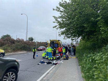 Los sanitarios del 122 Comunidad de Madrid atienden a los heridos en el atropello.