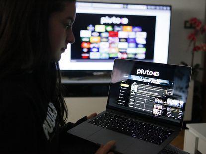 Una usuaria consulta la página de Pluto TV.
