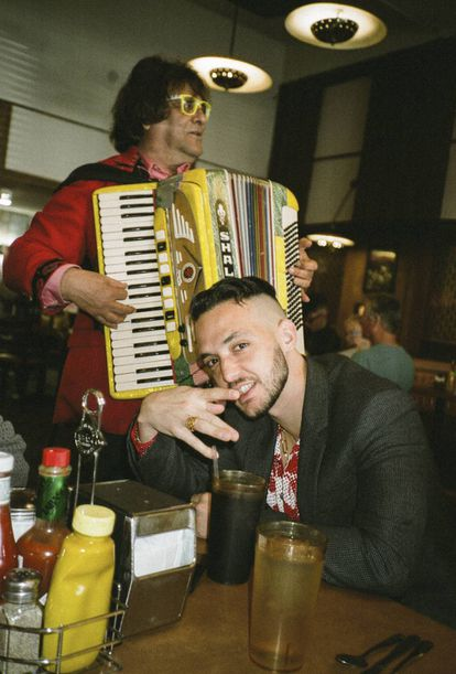 Magnífico acordeonista en el Canter's Deli de Los Ángeles.