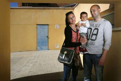 Daniel Monroy, junto a su mujer Eli Martínez y su hijo Carlos ante la guardería L'Estel.