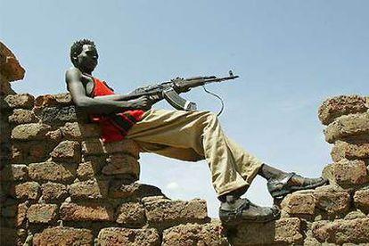 Un miembro del Ejército de Liberación de Sudán hace guardia en el pueblo de Ashma, al sur de Darfur.
